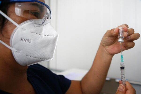 Analizan aplicar tres dosis de vacunas anticovid en Chile