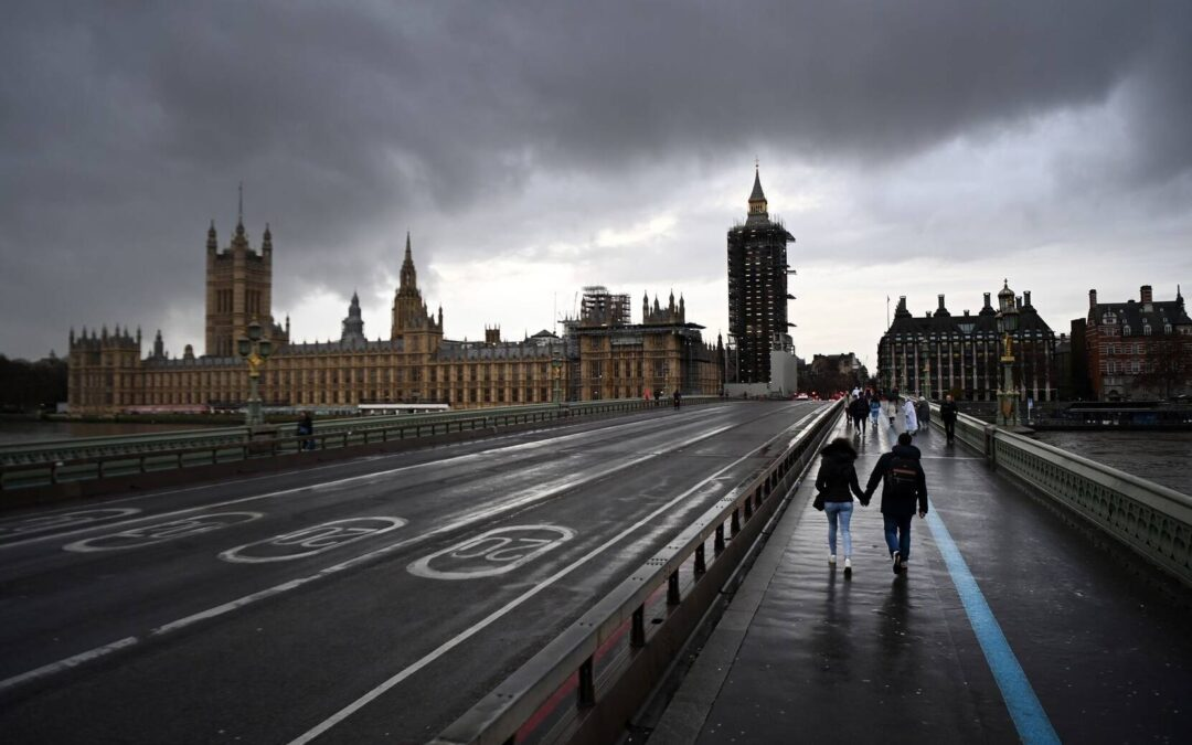 Inicia Reino Unido desconfinamiento pese a contagios de Covid