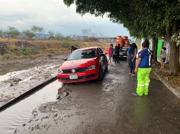 Fuertes lluvias afectan a vehículos en Querétaro