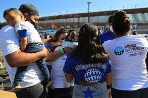 Familias se reúnen en la frontera para poder abrazarse
