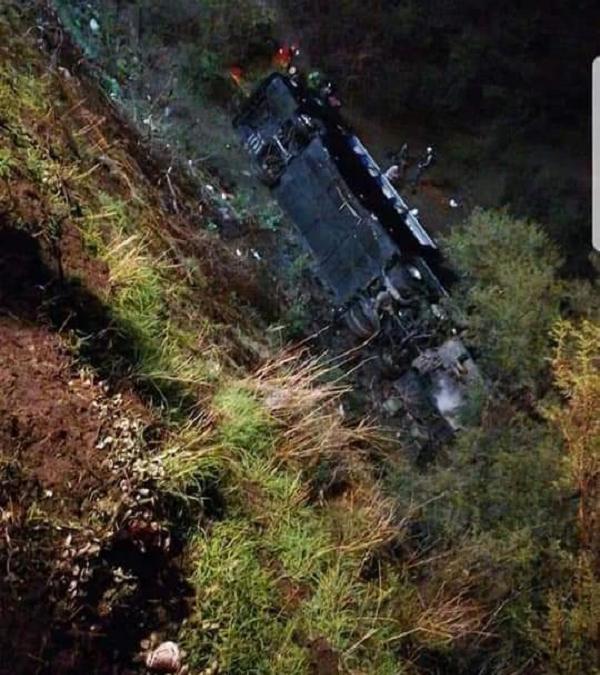 Un autobús cayó en un barranco de 50 metros en Jalisco