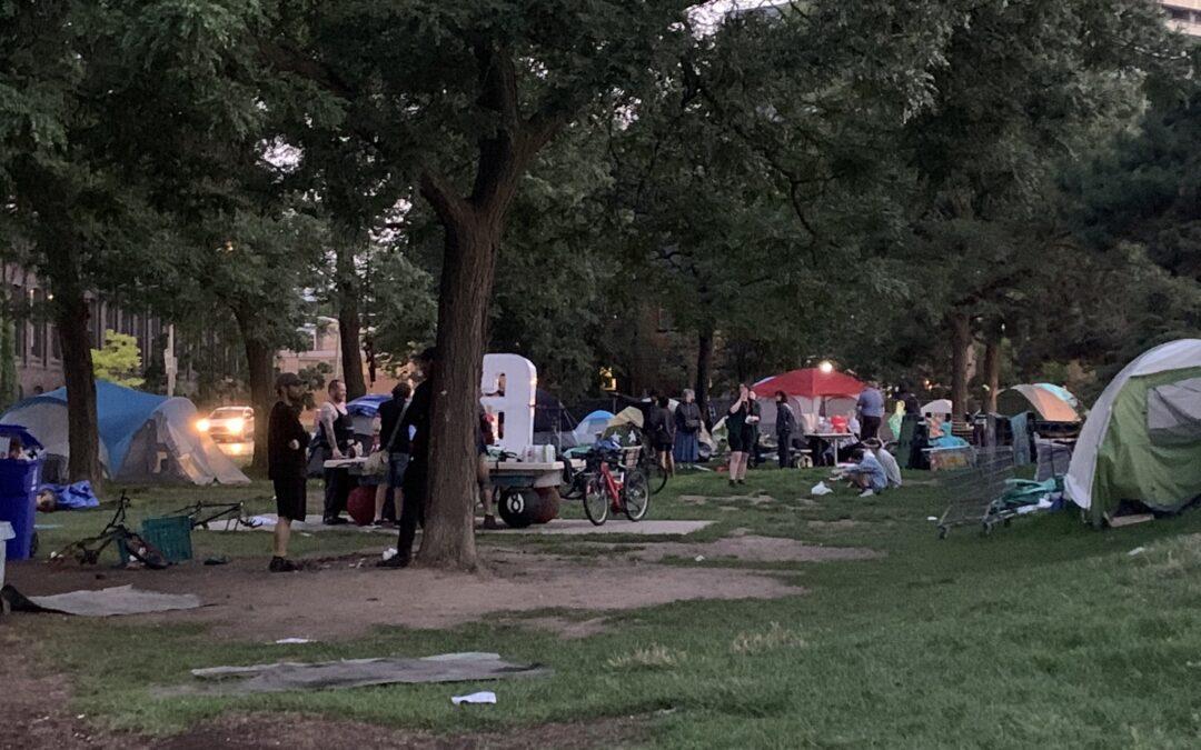 Policías agreden campamento de personas sin hogar en Toronto