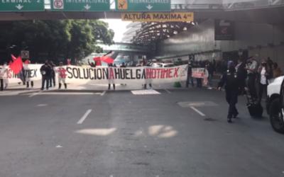 Trabajadores de Notimex bloquearon terminal 1 del AICM