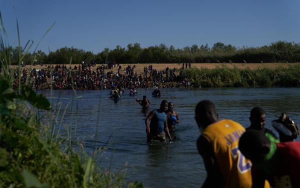 Texas expuso «crisis fronteriza» por campamento de haitianos