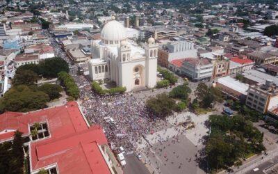 Salvadoreños marchan de nuevo en contra de Bukele