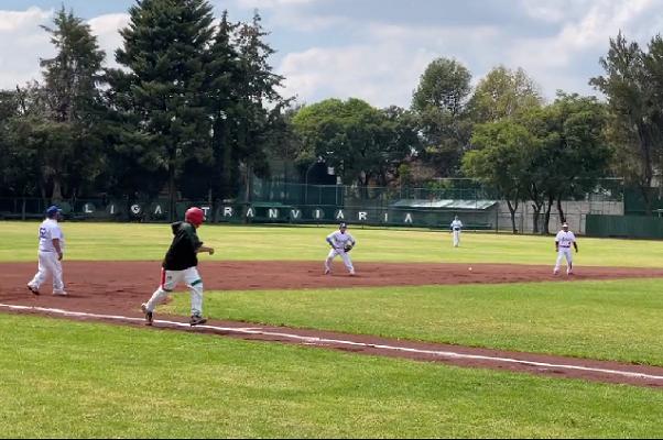 López Obrador se desgarró al jugar Béisbol
