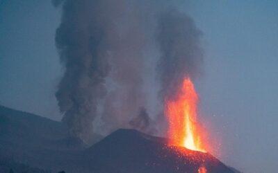 Nueva colada del volcán de Cumbre Vieja se acerca al mar