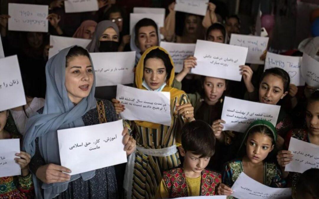 Talibanes permitirán a las niñas asistir a la escuela en Afganistán